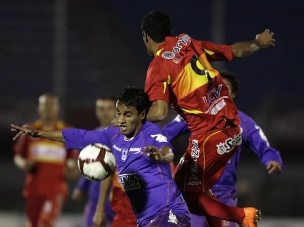 LLANERO SOLITARIO. Al ser el único atacante neto del esquema visitante, Sixto Santacruz prácticamente ni participó del juego. (Foto: AP)