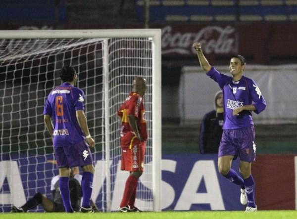 SOLO ERA EL INICIO. El zaguero Mario Risso corre a festejar su tanto (2-0) con Sebastián Suárez. A esas alturas, aún no se presagiaba una diferencia tan pronunciada. (Foto: AP)