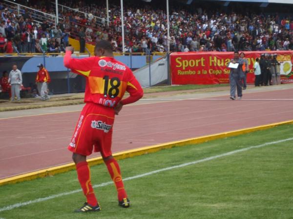 BAILE CON NICHE. Héctor Fabián Ramírez ingresó en lugar de Mostto y, a los segundos, convirtió el segundo de la tarde, aunque luego ensayó un bailecito que se prestó para la polémica (Foto: diario Primicia de Huancayo)