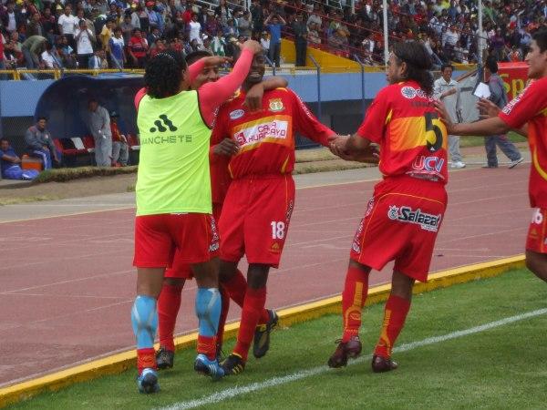 TE DOY UN ABRAZO. El tanto del colombiano terminó de sellar la victoria del 'Rojo Matador' que, pese al entorno convulsionado, se ganó unas cuantas palmas (Foto: diario Primicia de Huancayo)