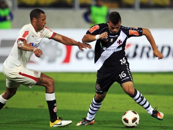 DE ESPALDAS. Diego Souza estuvo controlado el milímetro por Antonio Gonzales. 'Toñito' tuvo una destaca actuación en la contención merengue. (Foto: Reuters)