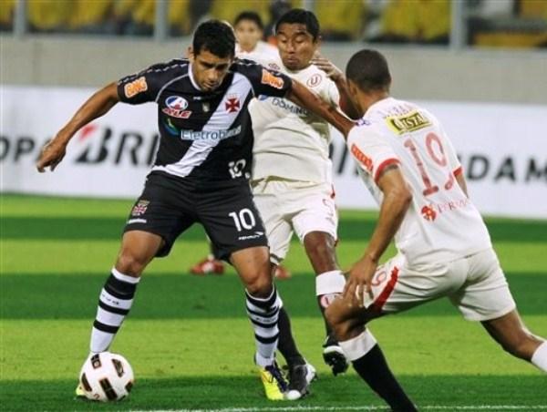 DE ESPALDAS. Diego Souza estuvo controlado el milímetro por Antonio Gonzales. 'Toñito' tuvo una destaca actuación en la contención merengue. (Foto: AP)