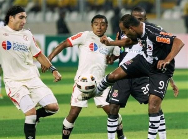 SUDAMERICAN ROCKER. Alecsandro, campeón de la Libertadores en 2010 con Internacional, no pudo ante la dura defensa crema. (Foto: AP)