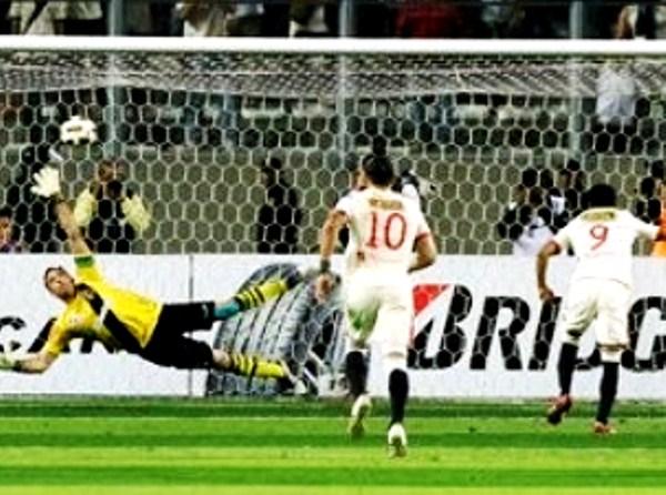 ABRE LA CORTINA. Luego de desperdiciar hasta 5 ocasiones de gol, Universitario abría el marcador vía un penal muy bien ejecutado por parte de Raúl Ruidíaz. (Foto: AP)