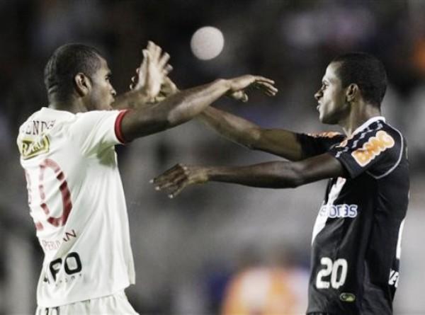 ¿LA PANTERA? José Mendoza tuvo una regular actuación, pero fue superado en el juego aéreo. Sin embargo, en los tumultos era el primero. (Foto: AFP)
