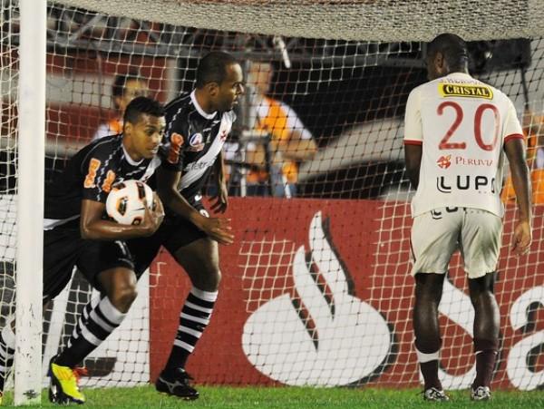 NO TE LA CREAS. Apenas Rabanal adelantó para Universitario, Vasco pudo empatarlo y ahí empezaría la debacle crema. (Foto: AFP)