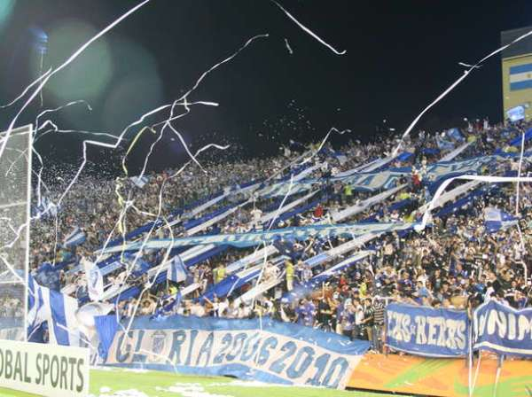 CARGADOS DE ENERGÍA. La hinchada del 'Tomba' se hizo sentir en el estadio Malvinas Argentinas. (Foto: Diario Olé)