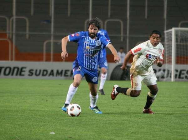 LO INCOMODARON. Villar estuvo constantemente incomodado por 'Toñito' Gonzales. El volante crema corrió toda la cancha para cerrarle los espacios a los argentinos. (Foto: Diario Olé)