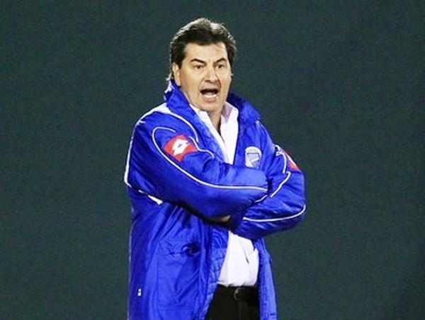 NO SE APOLILLA. Jorge Da Silva estuvo al borde de la cancha dando constantes indicaciones a sus dirigidos. (Foto: Reuters)