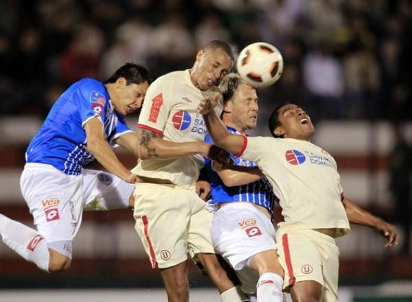 SE FORMAN LAS PAREJAS. Godoy Cruz intentaba constantemente con balones aéreos, que parecía llevar siempre peligro al arco de Universitario. (Foto: Reuters)