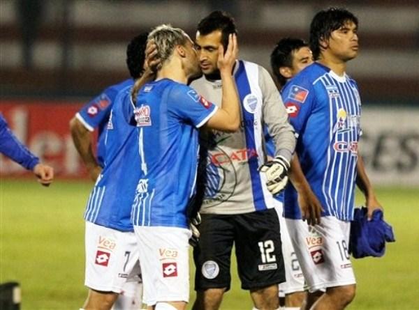 ENCOMENDADOS. En las manos de Sebastián Torrico estaba gran parte del éxito de Godoy Cruz en los penales. El portero no defraudó, pero sus compañeros sí. (Foto: AP)