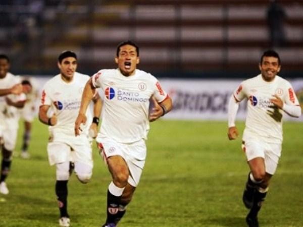 CANTÁLO, CANTÁLO. Los tres argentinos de la 'U' en campo, quienes corrieron diferentes suertes, pero festejan igual. El 'Negro' Galván fue uno de los mejores en Universitario. (Foto: AP)