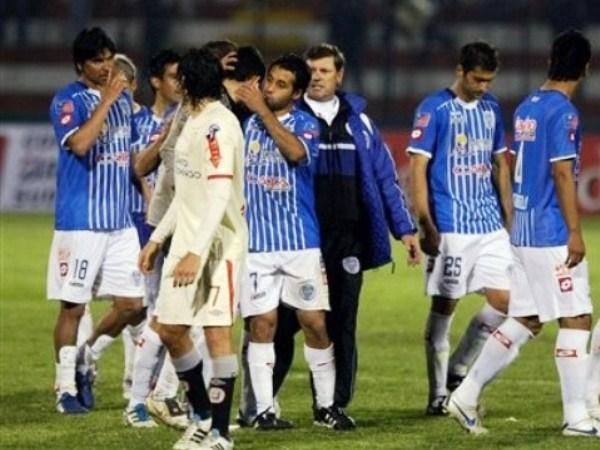 JUNTOS PERO NO REVUELTOS. Los jugadores de Godoy Cruz se alistaban para los penales, mientras que la 'U' recién se agrupaba. (Foto: AP)