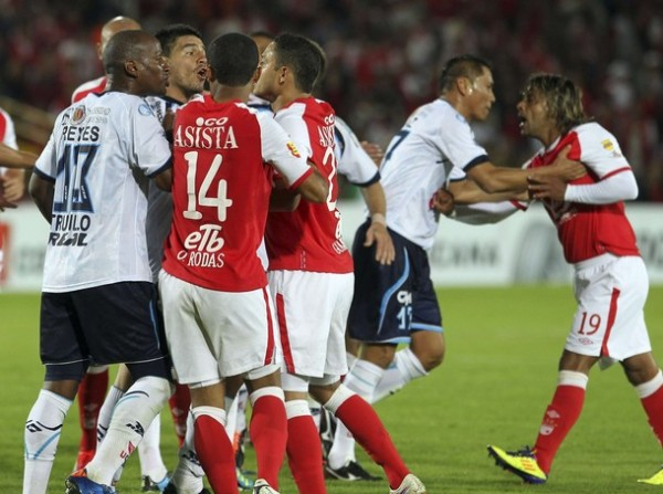 CON LOS NERVIOS DE PUNTA. Al finalizar la primera mitad, los jugadores de ambos equipos tuvieron un conato de bronca.  (Foto: REUTERS)