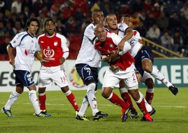 SIN SOLUCIONES. De Castro y Linares se desesperaron ante los constantes embate del Santa Fe y recurrieron a las faltas para cortar el juego. (Foto: REUTERS)