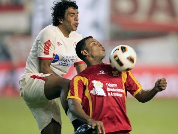 PRESTO PARA MARCAR. Duarte intenta desacomodar a Mayta para evitar que controle con facilidad un balón.  (Foto: Reuters)