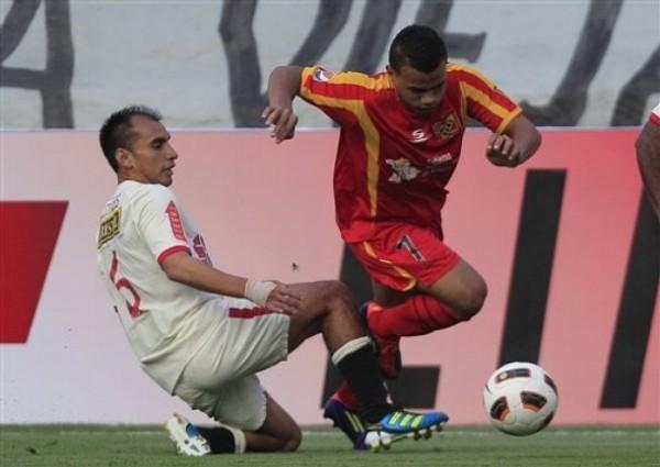 LE CORTARON LAS ALAS. Rainer Torres se barre y logra evitar que José Reyes siga avanzando con dirección al pórtico de Llontop. (Foto: AP)