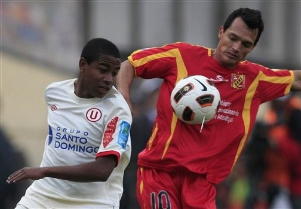 PARA OTRA OPORTUNIDAD. Polo lucha un balón con Evelio Hernández pero no logra salir victorioso. La habilidad del joven atacante merengue no pudo mostrarse ante los llaneros. (Foto: AP)