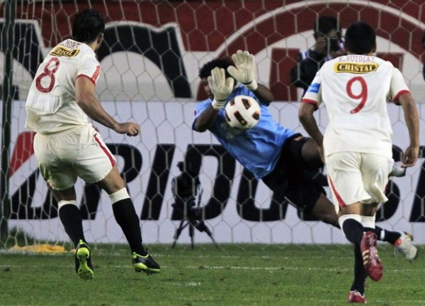 LO TAPÓ.  Leandro Morales supo detener el disparo de Morel. El argentino se quedó con las ganas de gritar su primer gol con la casaquilla de Universitario. (Foto: Reuters)