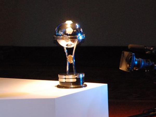 LAS MÁS DESEADA. El trofeo de la Copa Sudamericana. Trofeo que de seguro traerá disputas muy interesantes en los encuentros entre los elencos sudamericanos. (Foto: Nicolás Rey / DeChalaca.com, enviado especial a Argentina)