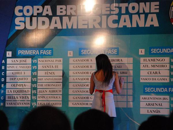CAMBIO DE IMAGEN. Una de la bellas anfitrionas del evento colocando uno de los nombres de los tantos equipos participantes. Se puede visualizar el nuevo nombre del torneo: Copa Bridgestone Sudamericana 2011. (Foto: Nicolás Rey / DeChalaca.com, enviado especial a Argentina)