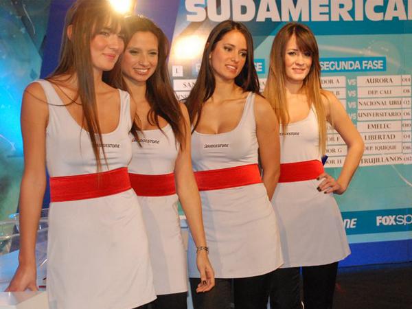 BELLEZA PRESENTE. Las hermosas anfitrionas del evento posando para la foto. (Foto: Nicolás Rey / DeChalaca.com, enviado especial a Argentina)