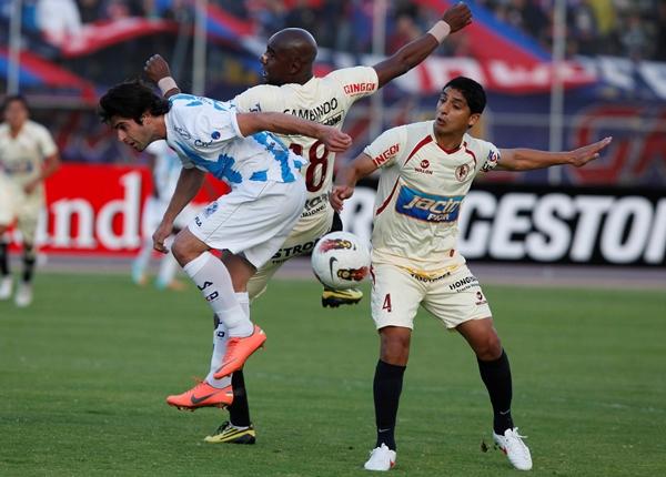 EL JUGADÓN. Luis Saritama le cedió un pase bombeado de otro plantea a Juan Carlos Paredes, que posteriormente centró para que Cambindo empuje con el abdomen el balón hacia las redes. (Foto: Diario El Comercio de Quito)