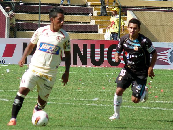 EL CAPO: En Huánuco, el duelo entre los '10' lo ganó ampliamente el ecuatoriano Luis Saritama (Foto: Jesús Suárez / DeChalaca.com)