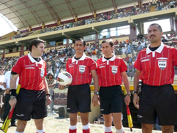 KAZUKI ITO: La cuarteta arbitral salió del estadio tal como entró: con total tranquilidad por la labor cumplida (Foto: Jesús Suárez / DeChalca.com)