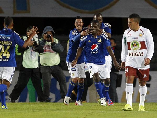 El gol que cambió el partido a favor de Millonarios lo anotó Wilberto Cosme que aquí celebra y es felicitado por sus compañeros (Foto: AP)