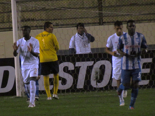 EL JUGADÓN: Leao Butrón hizo vista en la segunda etapa cuando el balón se estrelló en un parante (Foto: José Salcedo / DeChalaca.com)