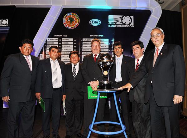 El presidente de la FPF, Manuel Burga, encabezó laa delegación peruana que se presentó al sorteo de la Copa Sudamericana (Foto: conmebol.com)