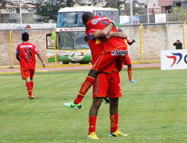 Apenas comenzó la parte final Sport Huancayo sacó provecho de un balón parado para abrir el marcador con una combinación entre Sergio Ibarra y Rafael Farfán (Foto: Diario Primicia de Huancayo)