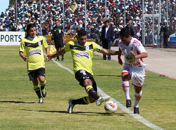 Julio Landauri fue quien más complicó a la defensa de Atlético Nacional a la que le costó mantenerlo a raya (Foto: José Luis Cabrera / DeChalaca.com)