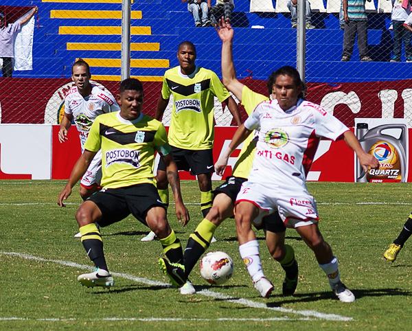 Óscar Guerra aparece en el área colombiana en busca de aprovechar una pelota parada que acabó sin mayor peligro sobre el arco de Franco Armani (Foto: José Luis Cabrera / DeChalaca.com)