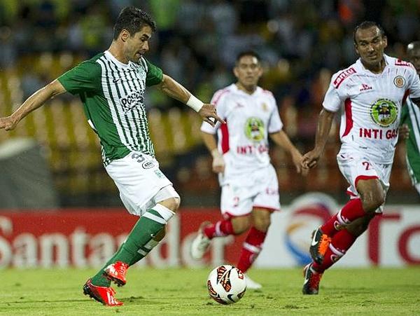 Juan Pablo Ángel arrancó como titular y demostró que su clase se mantiene siendo un dolor de cabeza constante para el equipo ayacuchano (Foto: AFP)