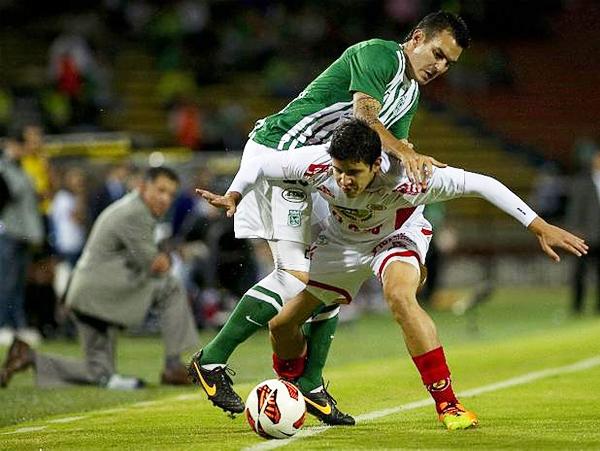 Tal como aquí con Horacio Benincasa, Inti Gas se vio acorralado en Medellín por el mejor desempeño de un equipo que le dejó pocos espacios para responder en el campo (Foto: AFP)