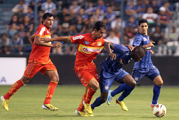 El brasileño Rafael da Silva apeló en más de una ocasión al juego brusco para frenar los ataques de Emelec (Foto: El Comercio de Quito)
