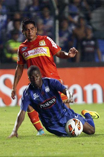 Román Ojeda tuvo una complicada tarea por la banda izquierda donde Marcos Caicedo le hizo mucho daño a Sport Huancayo (Foto: El Comercio de Quito)