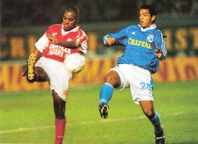 Roberto Holsen va por la disputa del balón en el encuentro que Cristal, actuando en el estadio Nacional, igualó 1-1 ante Independiente Santa Fe, por la Copa Merconorte 1999