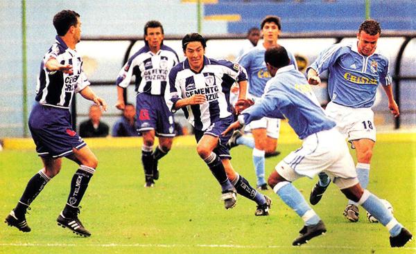 César Balbín se lleva la pelota en el encuentro que Pachuca cayó en el San Martín por la Merconorte del año 2000 (Foto: Conmebol)