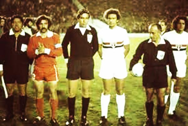 Fue casi un cambio de posta: Orozco se encargó de arbitrar el desempate entre Independiente y Sao Paulo en 1974. (Foto: Antonio Ubilla)