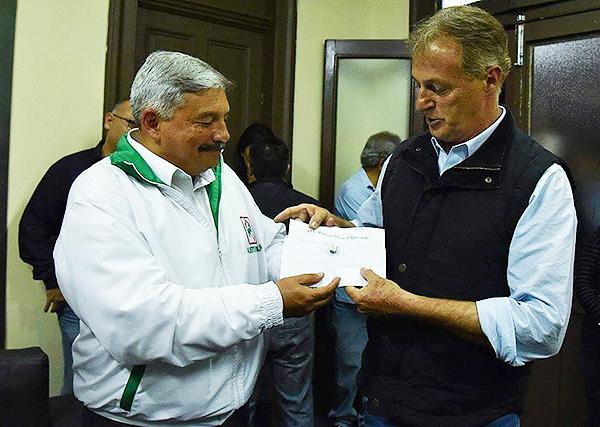 Alberto Beingolea en diálogo con Jorge Muñoz -ganador de la elecciones en Lima- tras conocerse los resultados. (Foto: Twitter)