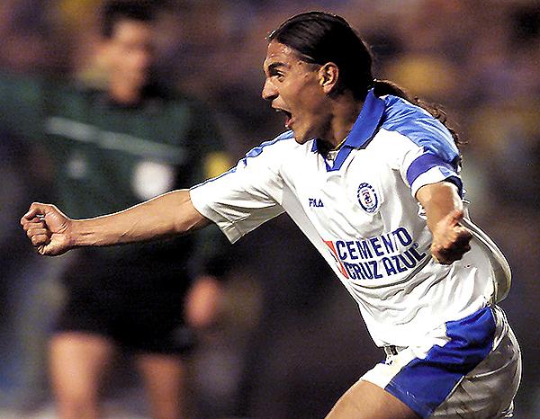 Mientras 'Paco' Palencia celebra el gol de Cruz Azul ante Boca en 'La Bombonera', en segundo plano y opaco aparece Gilberto Hidalgo. (Foto: Getty Images)