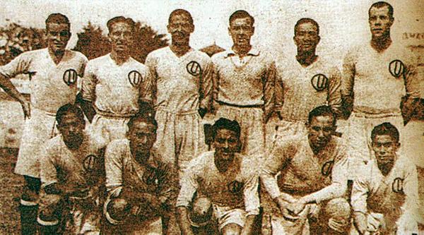 Rafael Quirós en su época de jugador. Es el primero de los parados -de izquierda a derecha- en una alineación crema previa a un clásico ante Alianza Lima en 1931 (Recorte: revista Don Balón)