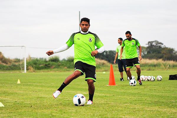 Reimond Manco y sus primeros contactos con el Zamora FC. Tiene el reto de destacar en la Copa Libertadores. (Foto: Prensa Zamora FC)