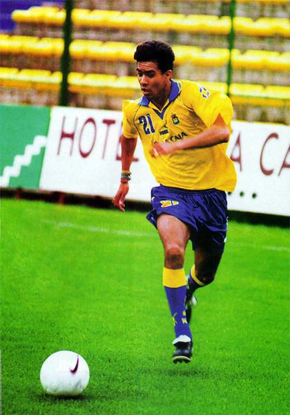 Martín Hidalgo con la camiseta de Las Palmas de España, su primer club en el extranjero cuando su carrera como lateral izquierda despegaba (Recorte: revista Once)