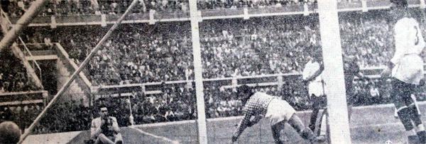 El balón yace en el fondo del arco de Clemente Velásquez luego de una gran acción individual de Enrique Hormazábal para anotar el primer gol en el triunfo de Chile por 1-2 (Recorte: diario La Crónica)