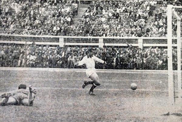 'Tito' Drago marra una inmejorable ocasión para marcar luego que la pelota se le escapara al 'Sapo' Livingstone (Recorte: diario La Crónica)