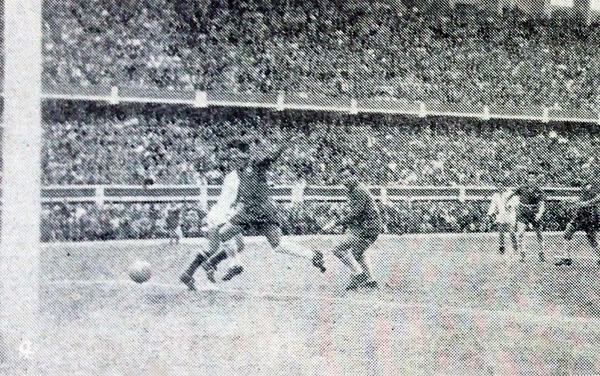 Así se produjo el gol de 'Tito' Drago, con el balón camino al arco chileno luego de rozar en el defensa Fernando Roldán (Recorte: diario La Crónica)